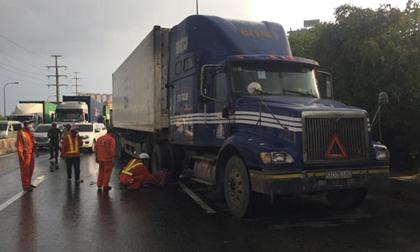 Người đàn ông bất ngờ lao vào xe container tử vong, tài xế bật khóc khi xuống xe