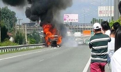 """Xe container cháy khủng khiếp trên cao tốc, giao thông """"tê liệt"""""""