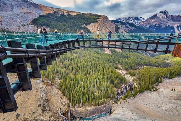Những cây cầu kính khiến du khách thót tim, run rẩy mà vẫn thích mê mệt - 5
