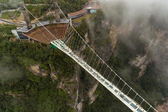 Những cây cầu kính khiến du khách thót tim, run rẩy mà vẫn thích mê mệt - 3