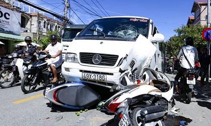 Ô tô vọt sang trái đường húc 3 xe máy, 3 người nguy kịch