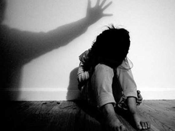 Sốc: 3 thiếu niên thay nhau xâm hại bé gái 13 tuổi rồi bắt đi phá thai, dùng ảnh nhạy cảm để đe dọa
