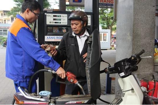 Giá xăng tiếp tục giảm nhẹ lần thứ 2 liên tiếp - 1