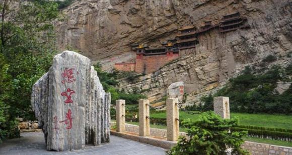 Những ngôi đền lưng chừng giữa vách đá, du khách thắc mắc làm sao để xây dựng - 1