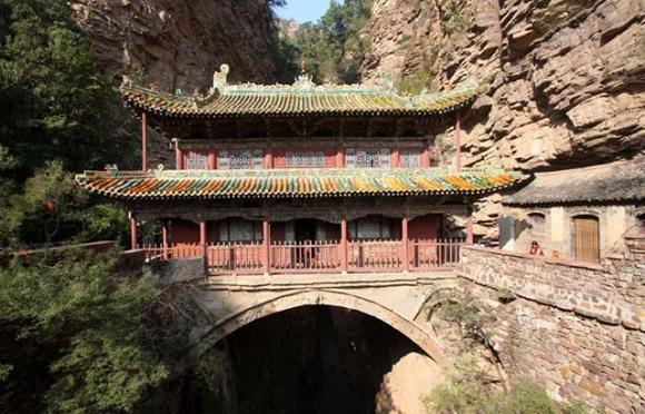 Những ngôi đền lưng chừng giữa vách đá, du khách thắc mắc làm sao để xây dựng - 2