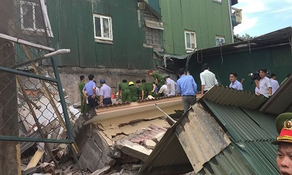 Sập nhà đang sửa, một người bị vùi trong đống đổ nát