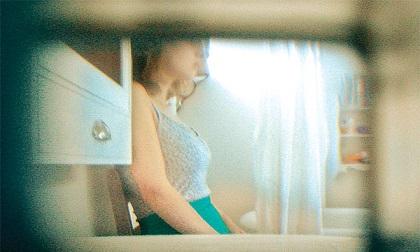 Anh: Khỏa thân trong phòng tắm, nữ sinh tá hỏa phát hiện camera quay lén