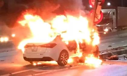 Xế hộp bốc cháy khi đâm trúng cột đèn tín hiệu giao thông