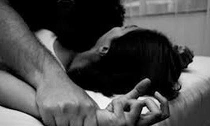 Cô gái đang nằm ngủ bị thanh niên cùng xóm trọ sang khống chế hiếp dâm