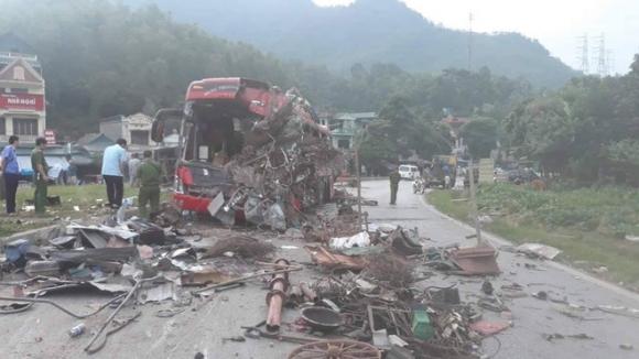 Hiện trường vụ tai nạn kinh hoàng khiến 3 người tử vong, 38 người bị thương ở Hòa Bình - Ảnh 15.