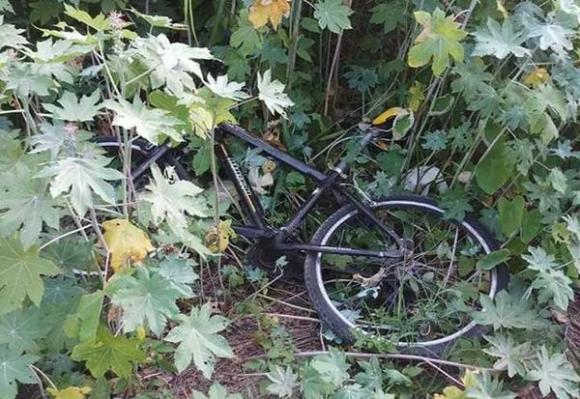 Chiếc xe đạp, nghi là của nạn nhân. Ảnh: báo Zing.