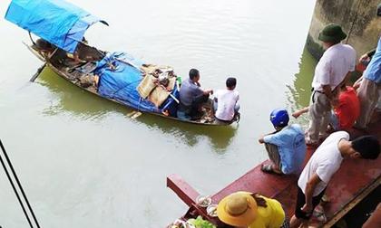 Lật thuyền cá trên sông, 2 bà cháu mất tích