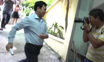 Ông Nguyễn Hữu Linh chạy thật nhanh vào phiên tòa xử dâm ô