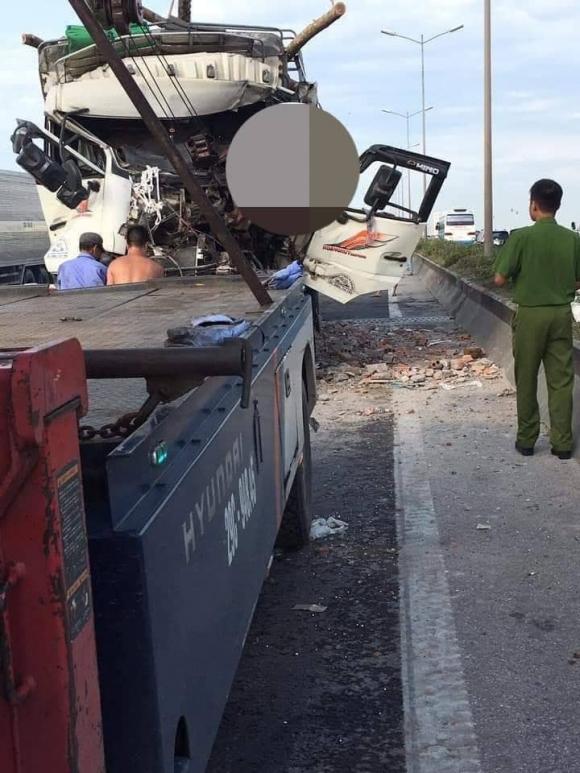 HN: Xe tải đâm nhau kinh hoàng trên cầu Thanh Trì, 2 người tử vong - 1