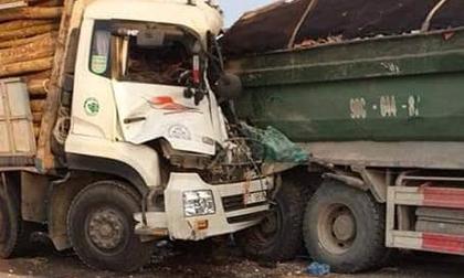 HN: Xe tải đâm nhau kinh hoàng trên cầu Thanh Trì, 2 người tử vong
