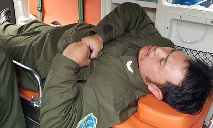 Lái taxi rút dao đe dọa nhân viên an ninh sân bay rồi cố thủ cả tiếng trong xe