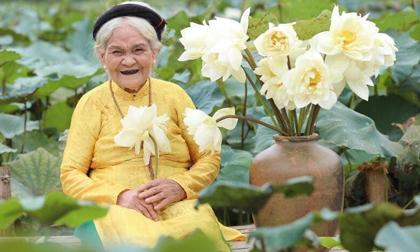 Bộ ảnh bà cụ bên hồ sen gây 'sốt' MXH, khi biết tuổi thật ai cũng ngạc nhiên