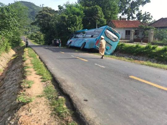Người phụ nữ chết kẹt dưới gầm xe khách - 1