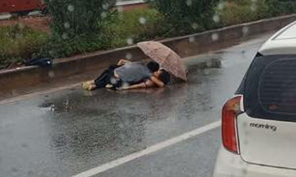 Vụ chồng ôm thi thể vợ gặp nạn dưới mưa: Xót xa trước gia cảnh nạn nhân