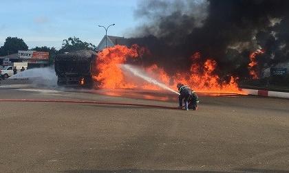 Xe tải và xe bồn bốc cháy dữ dội sau va chạm, 2 người kẹt cứng tử vong