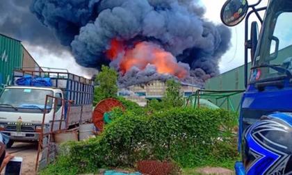 Sau tiếng nổ lớn, khói bao trùm cả 1 vùng trời thị xã Tân Uyên