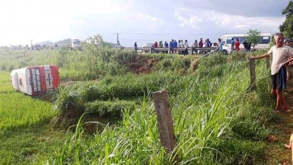 Xe buýt lật dưới ruộng, 2 người tử vong, 8 bị thương - 1