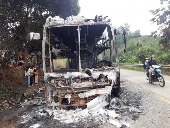 xe khách cháy rụi tren dèo lò xo, 35 hành khách thoát nạn hinh anh 1