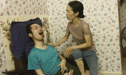 Xúc động người phụ nữ đẹp chăm chồng như chăm em bé suốt 10 năm