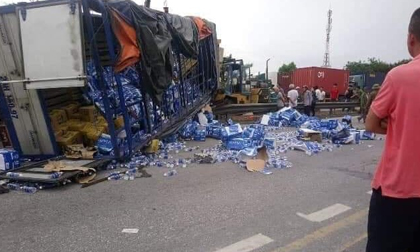 Nóng: Ô tô tải lật đè trúng nhiều người dân đứng xem hiện trường tai nạn, ít nhất 6 người chết