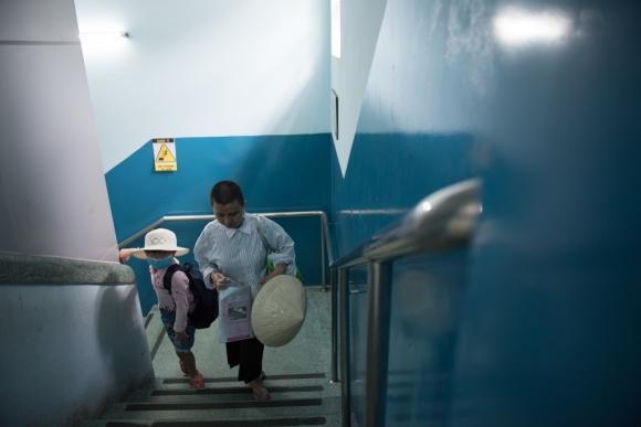 Người mẹ Quảng Nam cạo đầu để cùng con chiến đấu với ung thư - 4