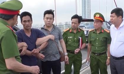 Gã giết con gái 8 tuổi diễn lại cảnh phi tang xác xuống sông Hàn
