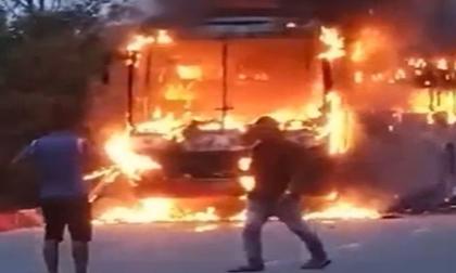 Xe khách bốc cháy ngùn ngụt: Hàng chục hành khách thoát hiểm