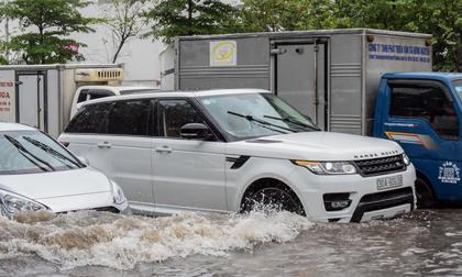 Range Rover chết máy, Mercedes 'bơi' trong nước ngập sau bão số 3