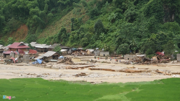Bản làng tan hoang, người dân gào khóc sau trận lũ dữ