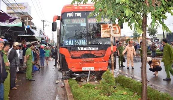 Tạm giữ tài xế xe khách lao vào chợ ven đường làm 4 người tử vong ở Gia Lai - 1