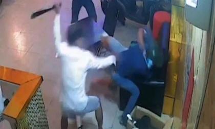 Nam thanh niên bị côn đồ chém gục trong quán karaoke ở Sài Gòn