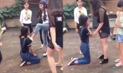 Nữ sinh bị bạn bắt quỳ, đánh đập tàn nhẫn vì rời nhóm Facebook