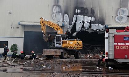 Công ty gỗ tại Bình Dương cháy dữ dội giữa mưa
