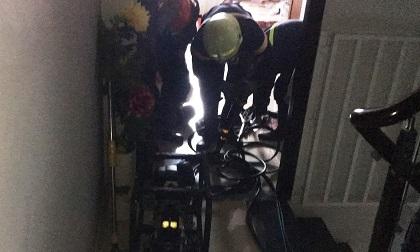 Nghẹt thở xem cảnh sát giải cứu bé 8 tháng tuổi cùng bà nội mắc kẹt trong thang máy