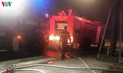 Cháy lớn kèm tiếng nổ lớn tại vựa ve chai ở Bình Dương
