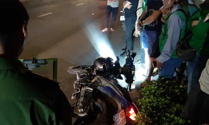"""Lao xe máy vào """"khối thép"""" giữa phố Sài Gòn, hai thanh niên mất mạng"""