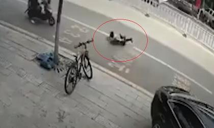 Bé trai suýt chết vì bị xe điện cân bằng kéo lê giữa đường