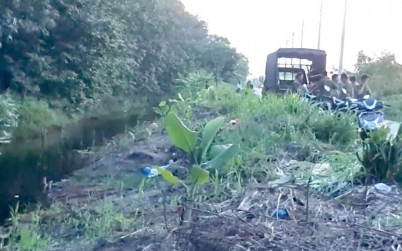 Lái xe ôm nghi bị cướp sát hại, vứt xác dưới mương nước ở Sài Gòn