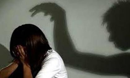 Cha dượng giở trò đồi bại với 2 người con riêng chưa đủ 16 tuổi của vợ khiến 1 cháu sinh con