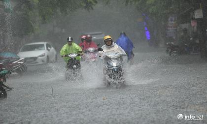 Hà Nội: Mưa lớn đúng lúc nghỉ trưa, nhiều người phải 'rẽ sóng' nước về nhà