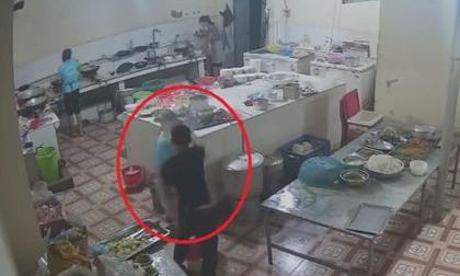 Camera ghi lại nữ phụ bếp nghi bị tạt axit vào mặt