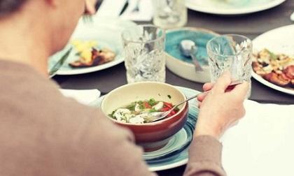 Chuyên gia tiết lộ 'bí mật' kinh khủng ở các nhà hàng: Thích đến mấy cũng đừng động vào 8 món ăn này kẻo ngộ độc, ai nghe xong cũng 'cạch' tới già!