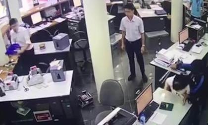 Xôn xao clip nữ nhân viên hốt hoảng chưa kịp chui xuống gầm bàn đã bị tên cướp kề dao uy hiếp, cướp ngân hàng ở Lào Cai