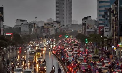 Hà Nội trời mưa tầm tã, người Sài Gòn chen chúc nhau trên đường về quê nghỉ lễ 2/9