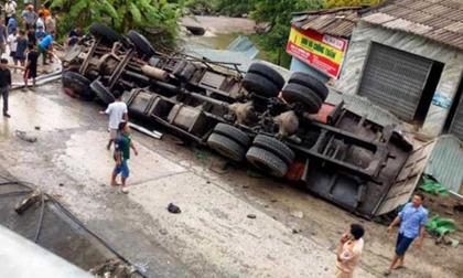 Bố tử vong trong chiếc xe tải lật ngửa, con là tài xế bị thương